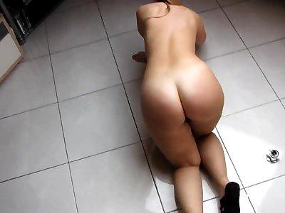 Bare Heavy Butt PAWG reinigt den Raum
