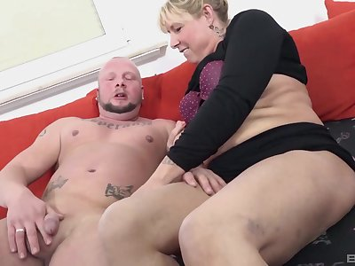 Amateur mature blondie Babsi spreads the brush hands to ride a fat dick